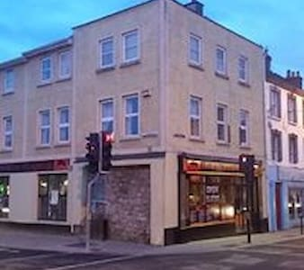 central location above top restaurant. - Kilkenny - Betjent leilighet