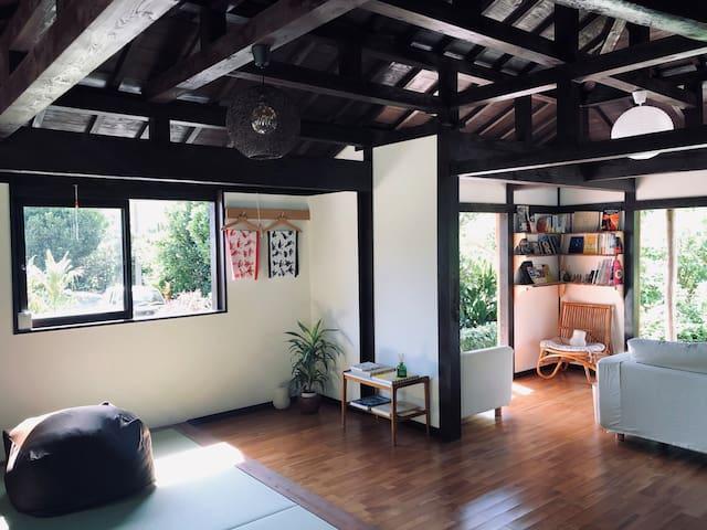 寝室からの風景。 リビングには沖縄関連の本や雑誌があります。