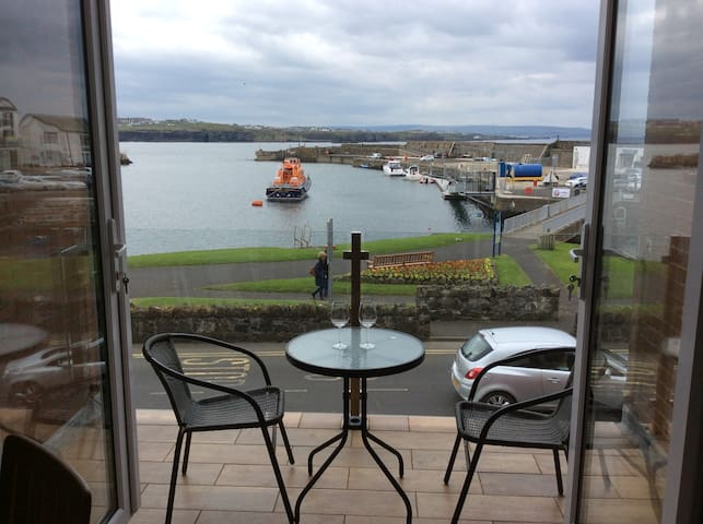 Portrush apt; stunning sea views at harbour