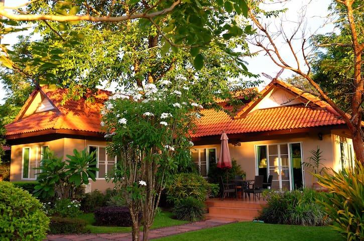 Ping River旁的度假村,现代的别墅,精致的庭院,迷人的河景。 - 清迈 - Vila