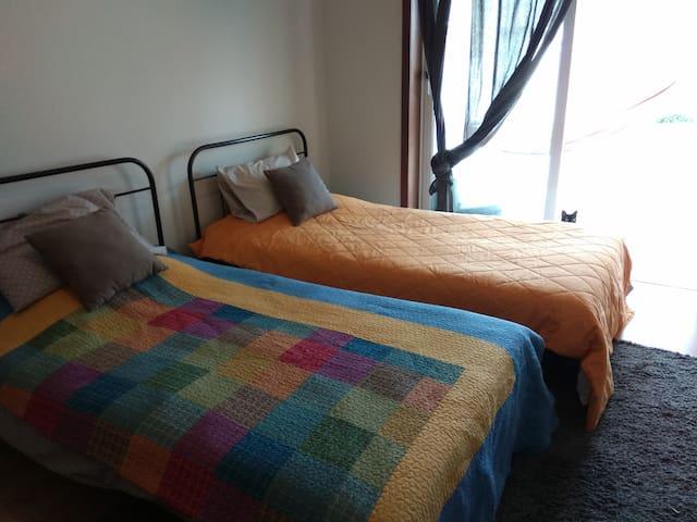 O quarto, com duas camas. / Your room with two beds.