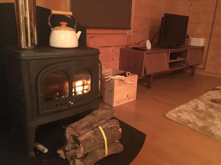 A log house enjoys the starry sky and fireplace!!