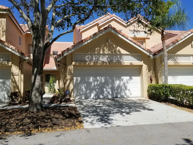 SPACIOUS  TOWNHOME IN THE HEART OF BOCA RATON