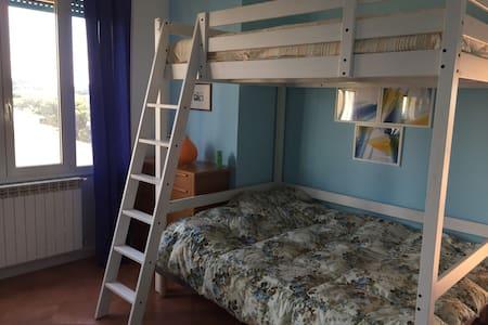 Deliziosa e ampia camera in attico fronte mare