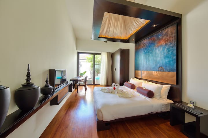 Your ensuite bedroom 3 with his 5 meters high ceilings, the domotic, the teak floor, the ultra confortable queen bed mattresses, the tv connected to the movie database and worldwide tv channel, the fiber topical internet, the bathroom, the dressing..