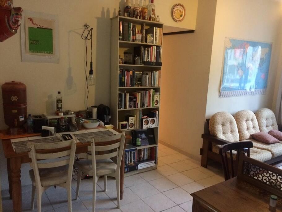 Sala, mesa de refeição e corredor