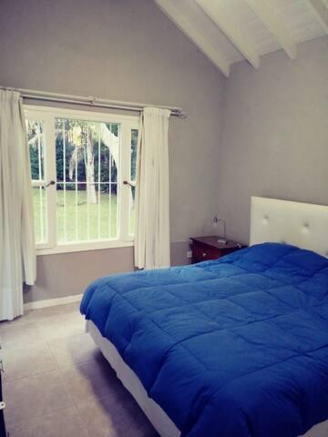 Dormitorio principal P. Baja c/ vista al jardín.