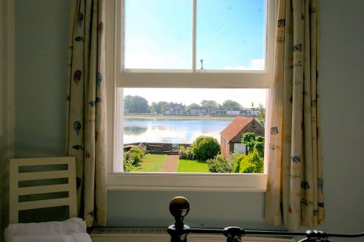 Wonderful Waterfront Cottage in Bosham