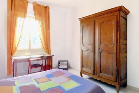Chambre dans jolie maison au calme - Meyrargues