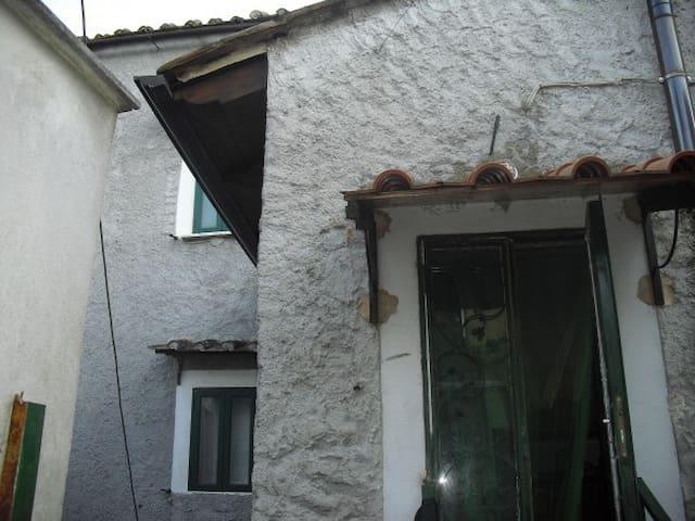 A nord della splendida Salerno, dietro le colline - Capitignano - Casa