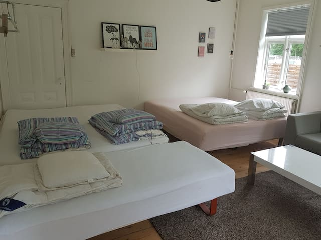 2 double beds and one singel. + 2 madresses. You can also put the single bed out at the entry.