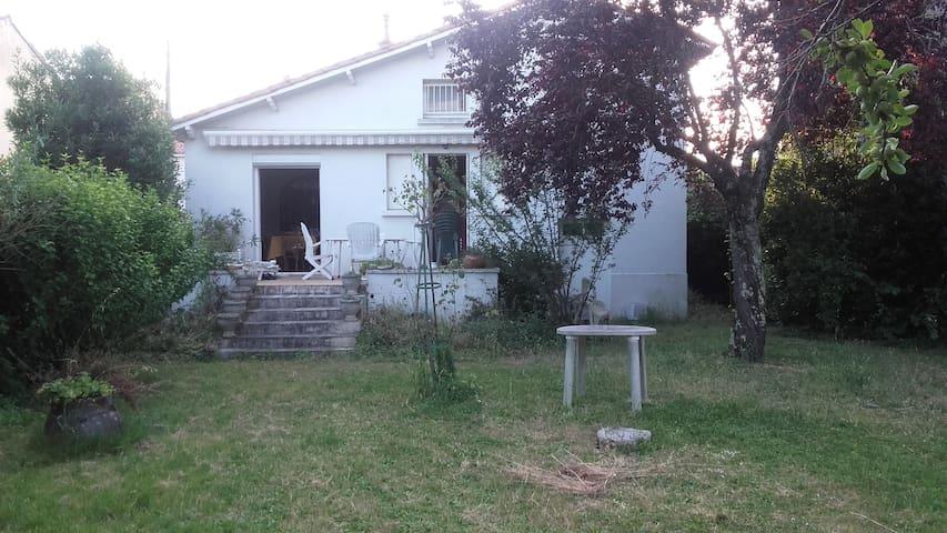 Chambre privée dans maison calme centre ville - Niort - Huis