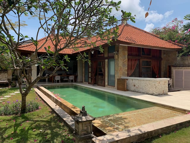Beautiful Classic Bali Villa, 5 min walk to beach