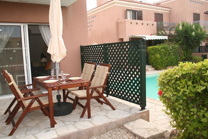 Tranquil, poolside townhouse spacious & convenient