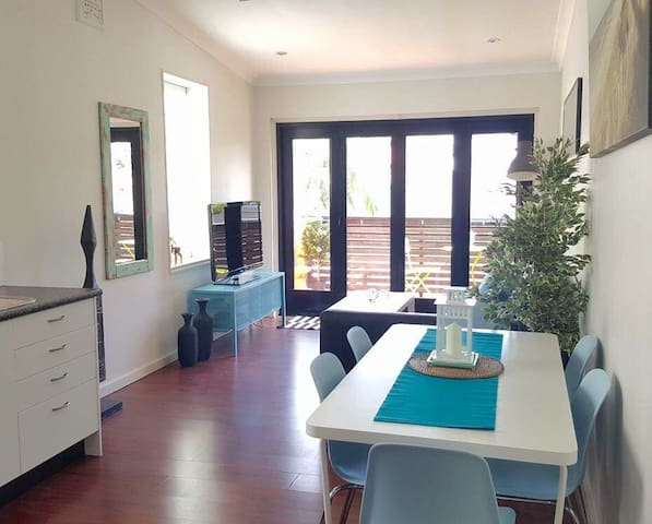Beach pad for up to 6 + 1 baby! - Clovelly - Loft