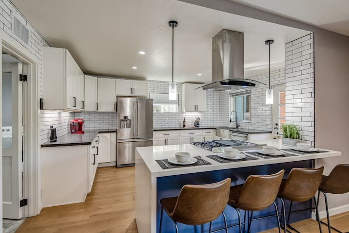 Modern 40's retreat w/4 beds & minutes to DT Phx!