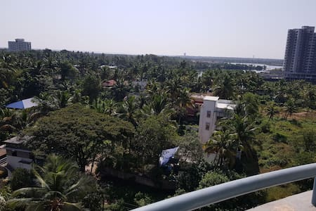 Maradu cochin 7th floor no noiseLake view4 Balcony