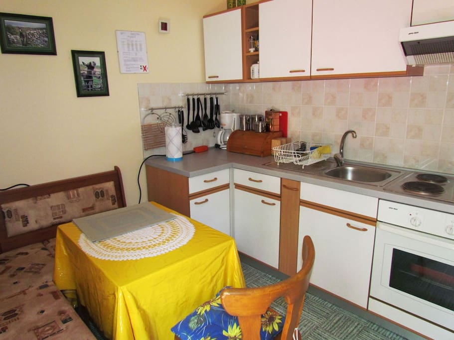 """The flat """"JUGO"""" has a lovely furnished kitchen, fully equipped so that you can cook your dishes and serve them as you like, and where you like - inside, or outside in the garden."""