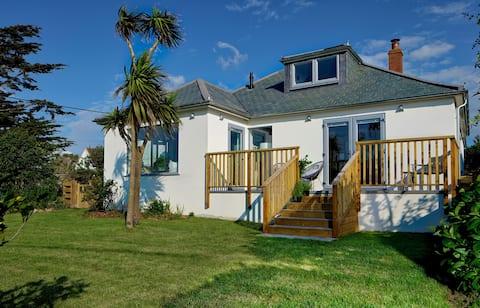 Cornish coastal cottage - sea view & walk to beach