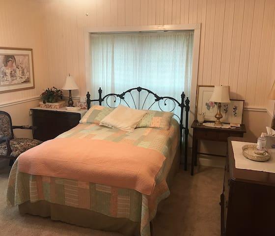Queen bedroom main level.