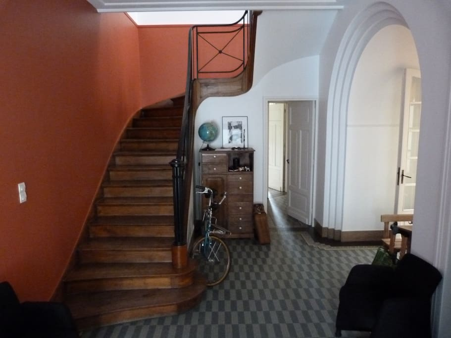 L'entrée principale commune. Le studio se trouve au premier étage. Les chambres au second (et une au premier)