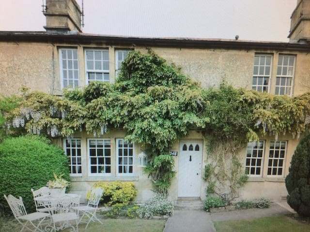 Fab value for entire rental cottage, 7m from Bath.