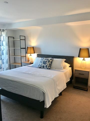 Private Room Steps from Moonlight Beach!