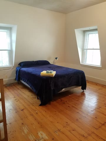 Spacious & sunny in a top floor home by Harvard Sq