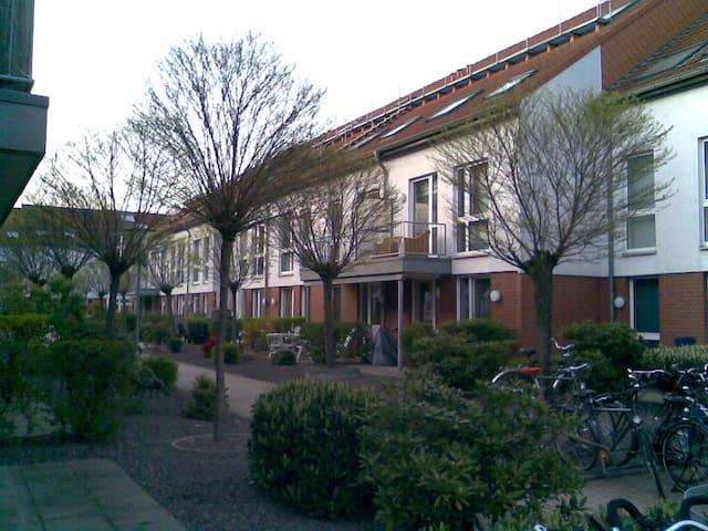 Modernes 2 - Zimmer-DG-Apartment im Maisonettestil