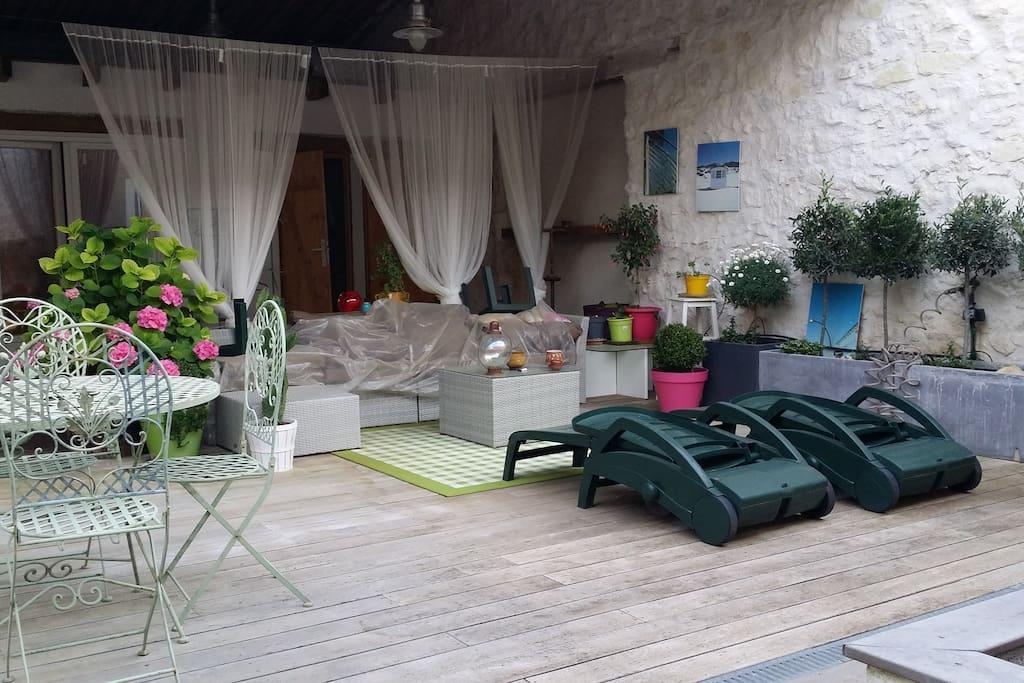 le clou du spectacle LA terrasse semi découverte avec barbecue, plancha, et salon de jardin