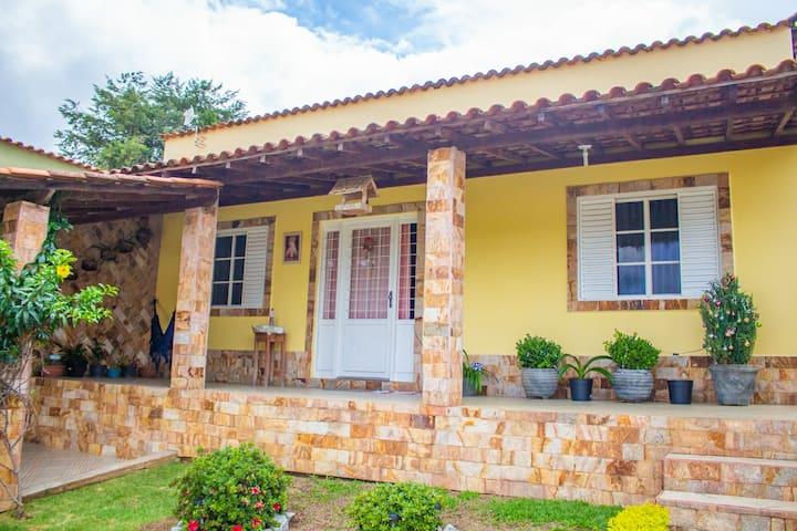 Casa Amarela bela com piscina e churrasqueira