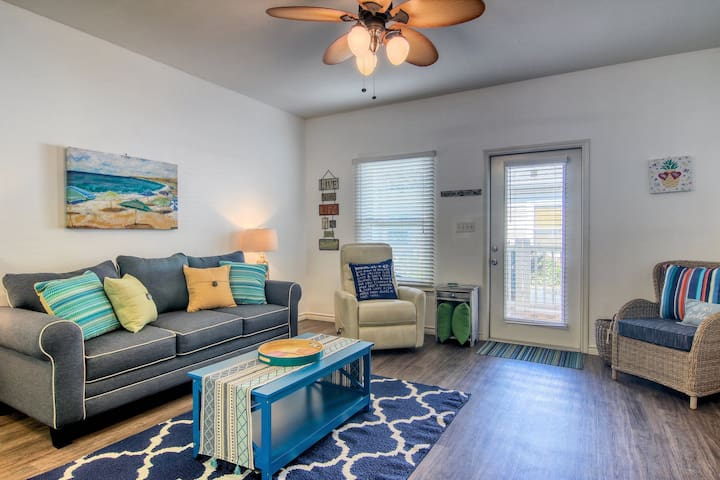 Bright dog-friendly townhome with patio, shared pool, near the beach!