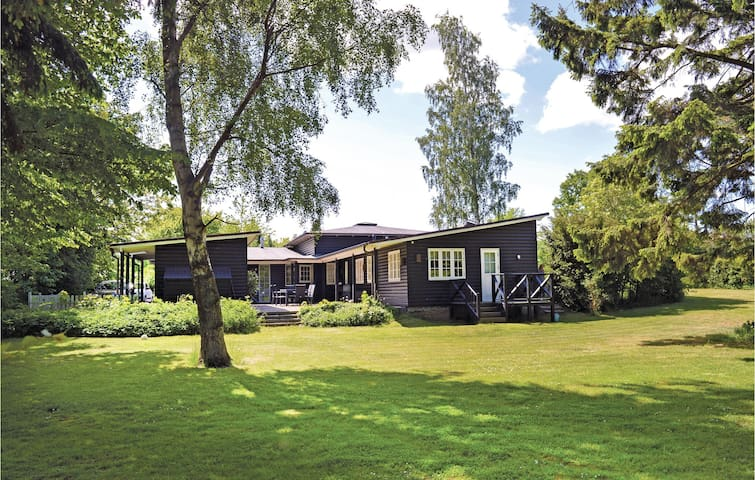 Holiday cottage with 4 bedrooms on 191 m² in Dronningmølle
