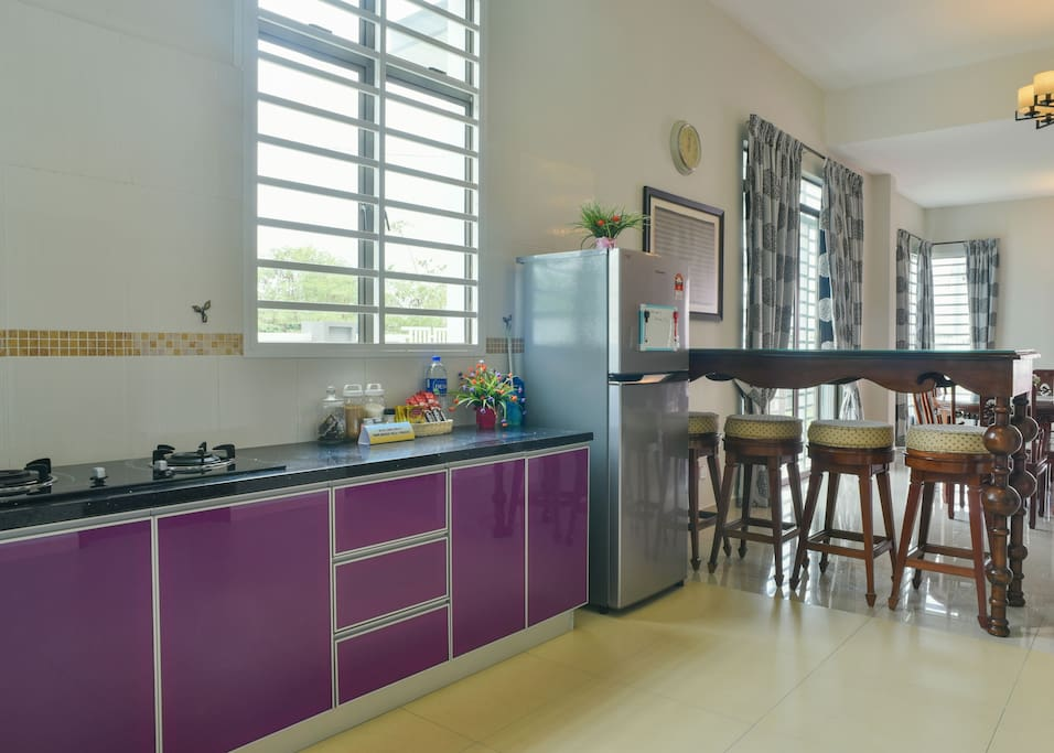 Fully equipped kitchen with bar table