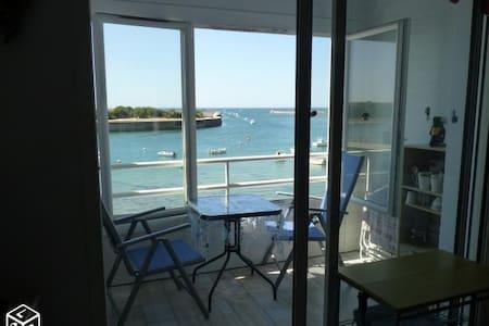 Studio F1 refait à neuf, vue sur l'entrée du port. - Saint-Gilles-Croix-de-Vie