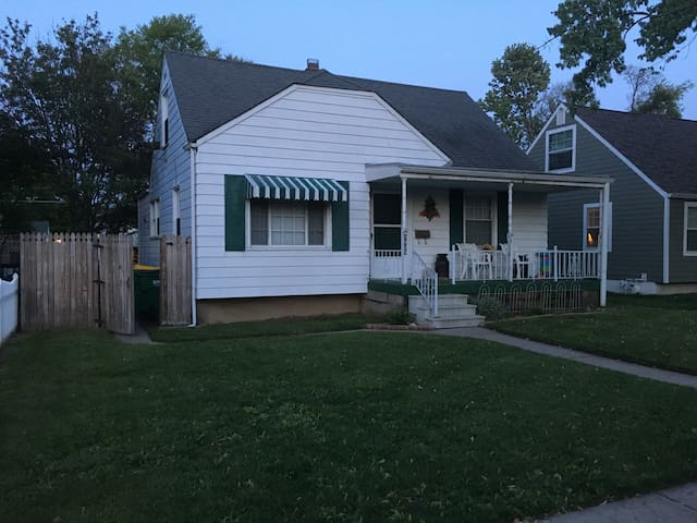 FAMILY HOME 2 BLOCKS FROM TRACK - Speedway - House