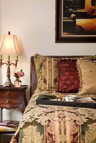 The Library Room - Colonial Gardens Bed & Breakfast