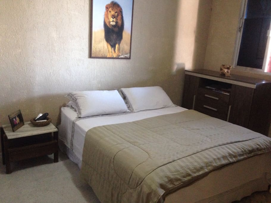 Quarto 1  com cama de casal, TV a cabo, ar condicionado, cortinas com backout total é um armário grande