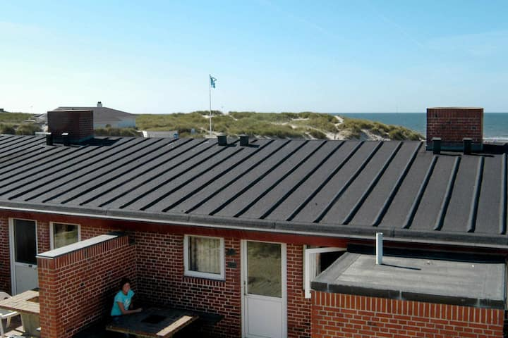 Waterfront Holiday Home in Henne near Sea
