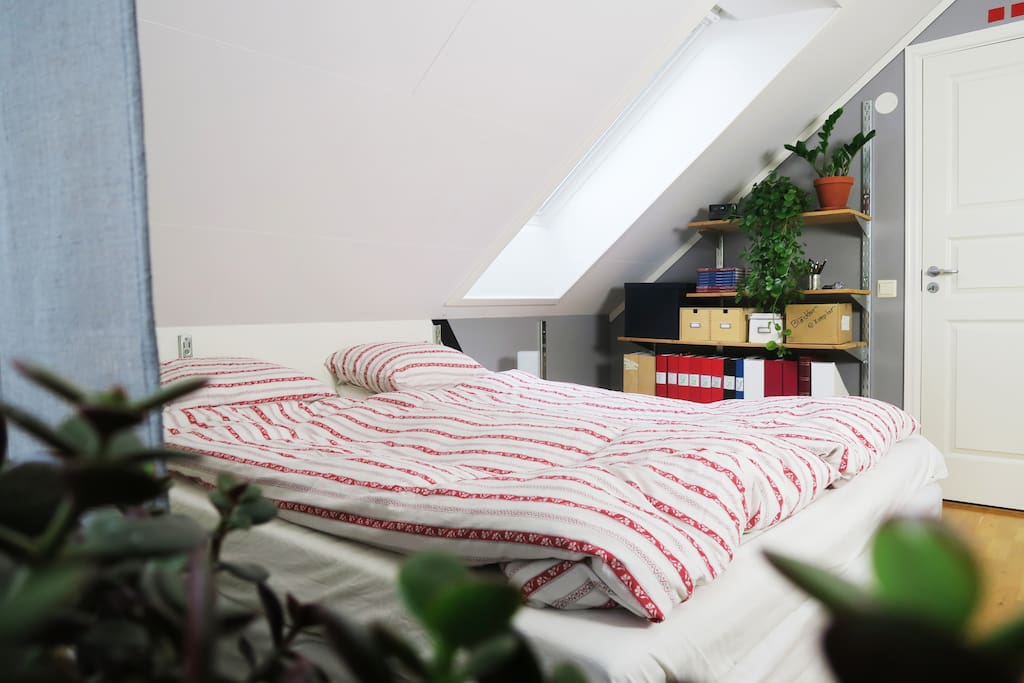 Mjuk säng med dubbla kuddar, dubbla madrasser.. Dubbelt allt helt enkelt!