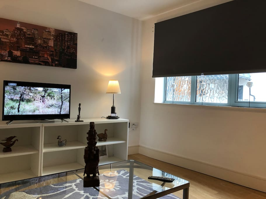 25 feet x 18 feet spacious lounge smart tv with free views  New black out smart light grey black out blinds  20 spit lights  Fully integrated kitchen Quartz work surface