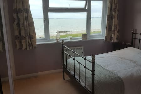 Bright airy double room with Solent views - Lee-on-the-Solent