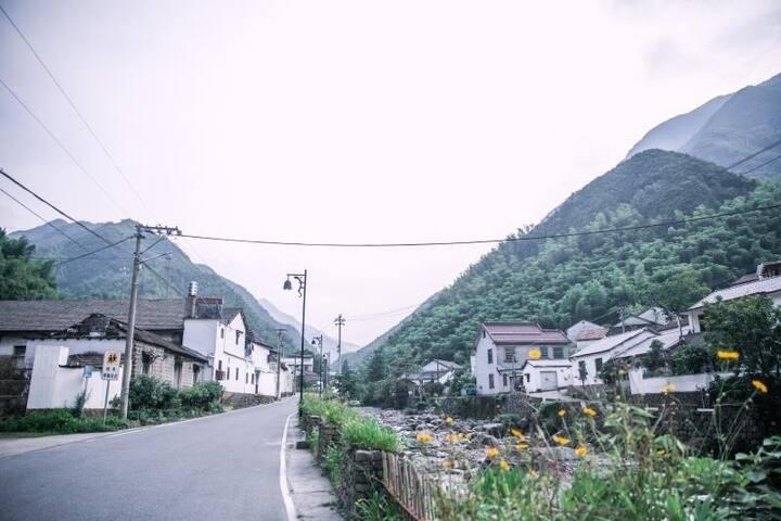 云岚是亲子套房,有独立客厅,和一个独立的大阳台,阳台可以欣赏村里的美景,