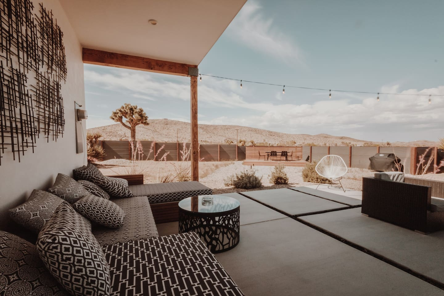 Endless sky, stunning mountains view, fresh air and... relax. Welcome to The Serenity Escape in Joshua Tree.