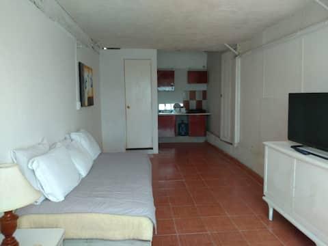 Habitación independiente con baño y cocineta.