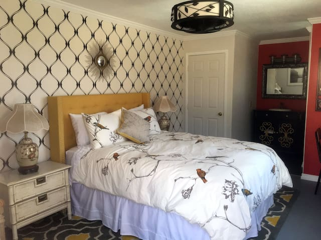 Magical Chinoiserie Studio w/Hot Tub! - Yucca Valley - Bungalo