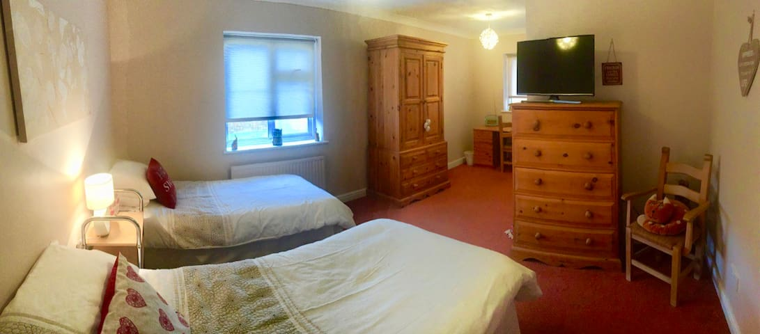 Spacious Twin Room + En-Suite + Parking