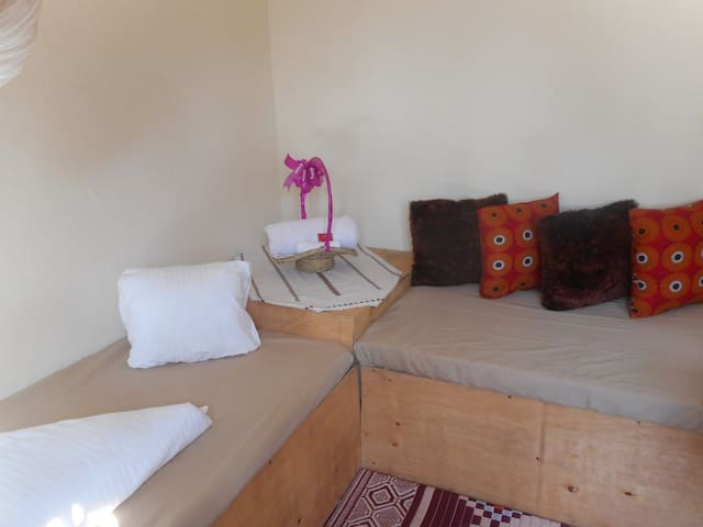 Flower Home-1 room unit house with 2 single beds. - Καμπάλα