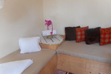 Flower Home-1 room unit house with 2 single beds. - 坎帕拉 - 其它