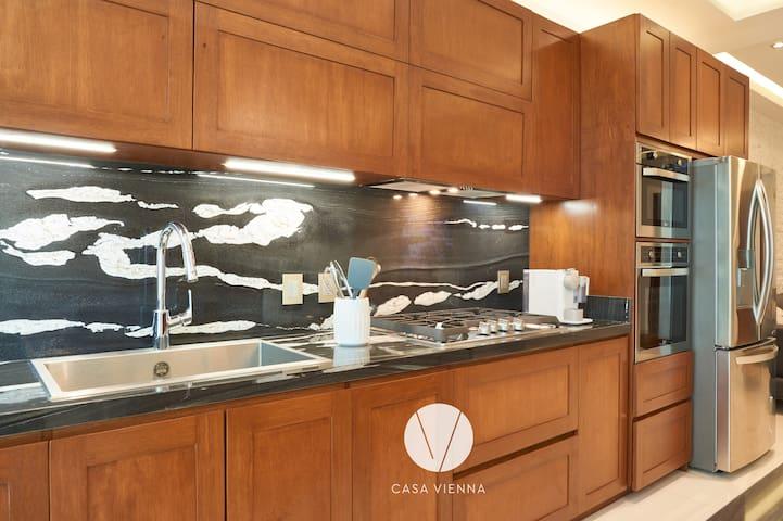 La cocina tiene un protagonismo especial, ya que su diseño contemporáneo con acabados de la más alta calidad y diseño, te permitirán disfrutar de manera práctica y placentera de la preparación tus alimentos favoritos.